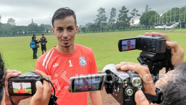 Pemain asing baru Arema FC, Rodrigo Ost Dos Santos, sedang menjawab pertanyaan wartawan. Copyright: © INDOSPORT/ Ian Setiawan