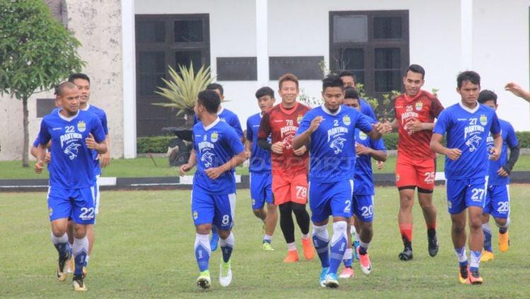 Para pemain Persib Bandung lakukan latihan perdana dengan pelatih anyar, Mario Gomez Copyright: © Arif Rahman/INDOSPORT