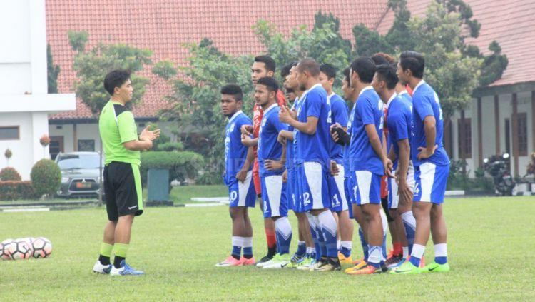 Para pemain Persib Bandung saat mendengarkan arahan. Copyright: © Arif Rahman/INDOSPORT