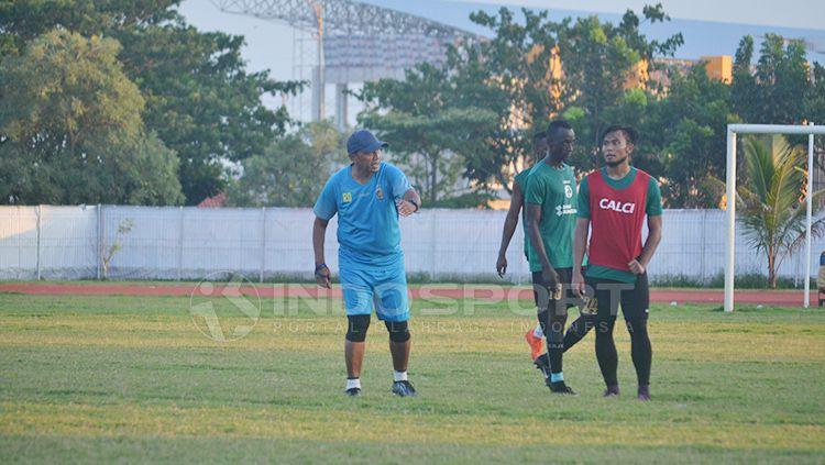 Rahmad Darmawan bimbing latihan perdana bersama Sriwijaya FC. Copyright: © Muhammad Effendi/INDOSPORT