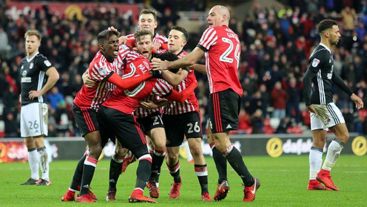 Skuat Sunderland merayakan kemenangan mereka atas Fulham di depan pendukungnya sendiri. Copyright: © INDOSPORT