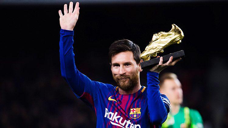 Lionel Messi menunjukan sepatu emasnya sebelum kick off. Copyright: © INDOSPORT