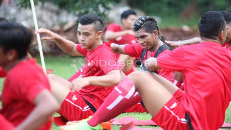 Pemain baru Persija Jakarta, Valentino Telaubun (tengah) terlihat bergabung di dalam latihan perdana. Copyright: © Herry Ibrahim/INDOSPORT