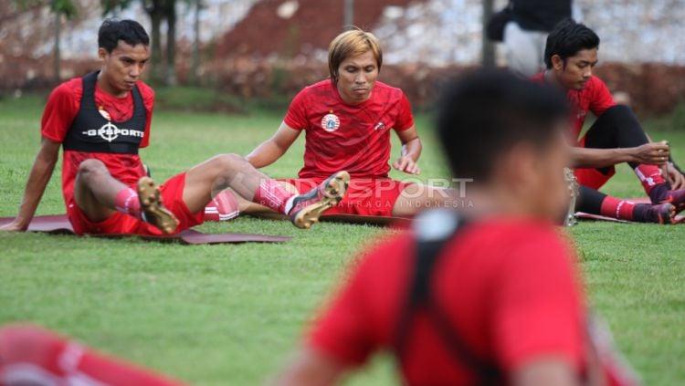 Asri Akbar (tengah) saat masih berlatih dengan Persija Jakarta. Ia dikabarkan bergabung dengan Rans Cilegon FC. Copyright: © Herry Ibrahim/INDOSPORT