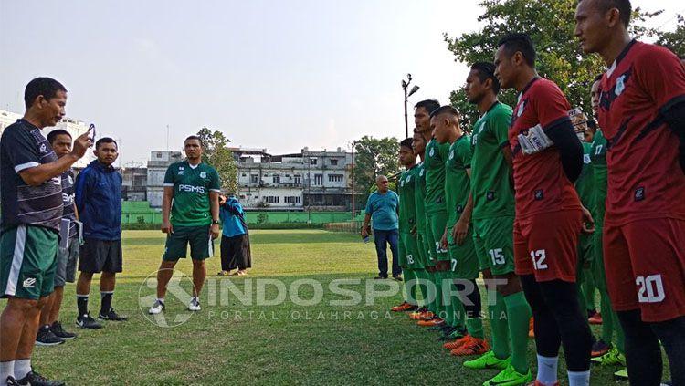 Pelatih Djajang Nurjaman tengah memberikan instruksi kepada skuat PSMS Medan. Copyright: © Indosport/Kesuma Ramadhan