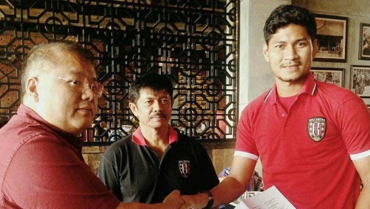 Abdul Rahman (kanan) saat resmi ke Bali United. Copyright: © Internet