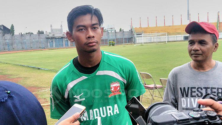 Satria Tama mengaku lebih bahagia Madura United meraih kemenangan ketimbang kesuksesan dirinya mencetak clean sheet. Copyright: © Ian Setiawan/INDOSPORT