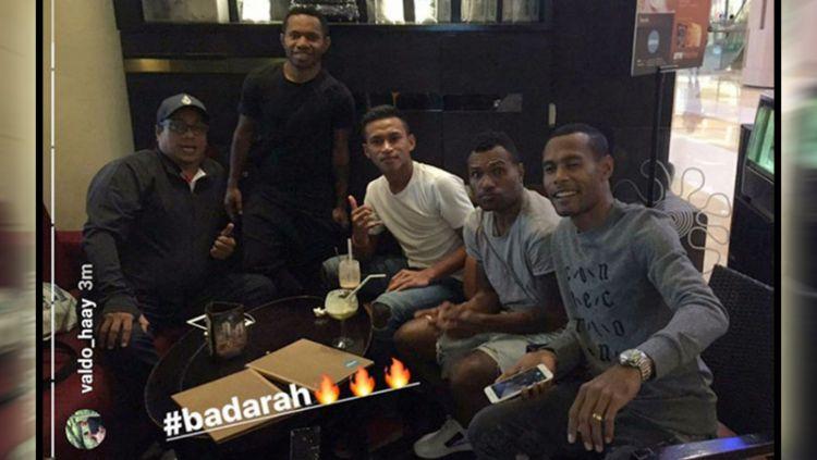 Chairul Basalamah (kiri) terlihat bersama empat pemain Persipura. Copyright: © snapgram Osvaldo Haay