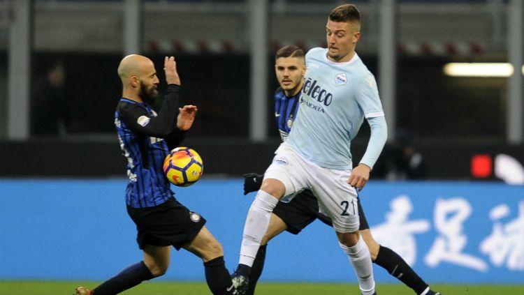 Gelandang Lazio, Milinkovic-Savic berusaha lepas dari penjagaan para pemain Inter Copyright: © INDOSPORT