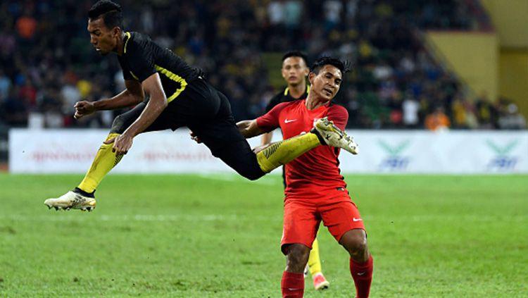 Penyerang Timnas Singapura Taufik Suparno (kiri) saat melawan Laos. Copyright: © Istimewa