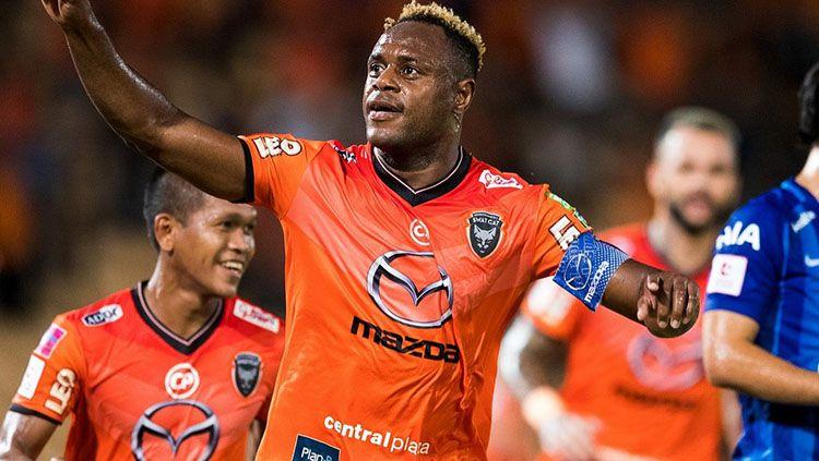 Victor Igbonefo saat bermain di Nakhonratchasima Mazda FC. Copyright: © Instagram/@vicshaga