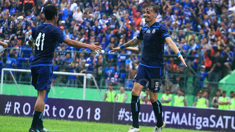 selebrasi gol perdana Rodrigo Ost untuk Arema FC. Copyright: © Ian Setiawan/INDOSPORT