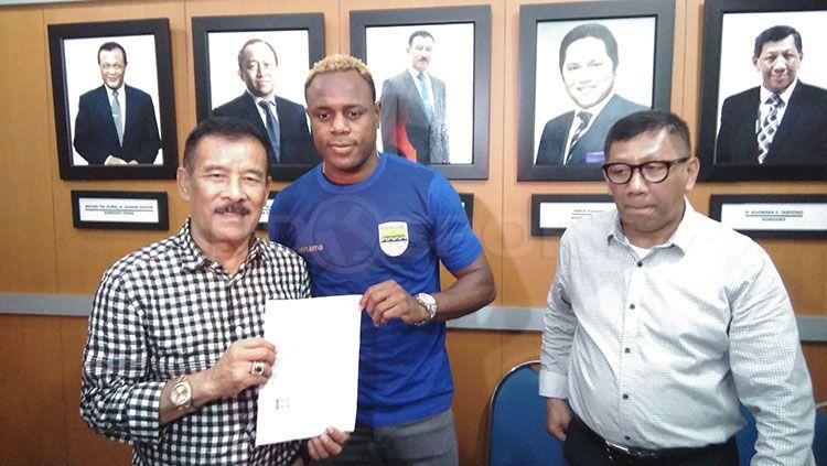 Victor Igbonefo resmi dikontrak Persib Bandung beberapa musim lalu. Copyright: © Indosport/Gita Agiet
