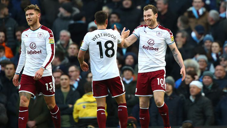 Ashley Barnes (kanan) berhasil mencetak gol ke gawang Manchester City Copyright: © Getty Images