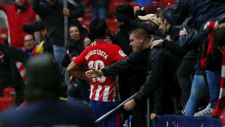 Diego Costa selebrasi dengan fans Atletico Madrid Copyright: © INDOSPORT
