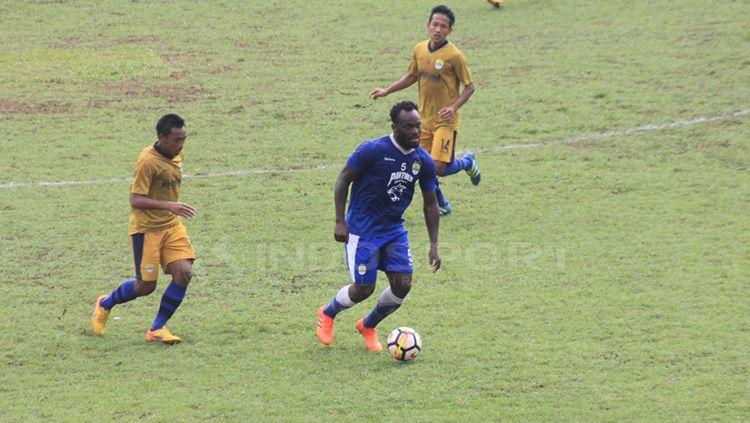 Michael Essien mengontrol bola pada laga uji coba melawan Persib Bandung U-19. Copyright: © Arif Rahman/INDOSPORT