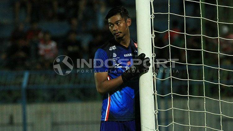 Kiper MU, Satria Tama seolah tak percaya dibobol dua kali oleh Persija Jakarta sehingga skor menjadi 2-2. Copyright: © Ian Setiawan/INDOSPORT