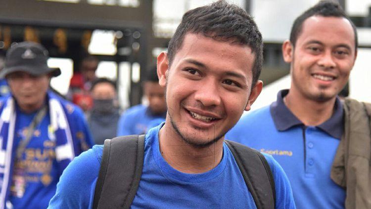 Gian Zola Nasrulloh dan Atep tersenyum lebar saat tiba di kota Batam, Riau. Copyright: © Persib Bandung