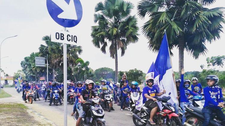 Pendukung Persib Bandung menyayangkan kemungkinan ditundanya pertandingan. Copyright: © IGPersib