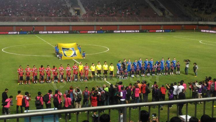 Laga Timnas Indonesia Selection melawan Islandia sebelum kick off. Copyright: © Zainal Hasan/INDOSPORT