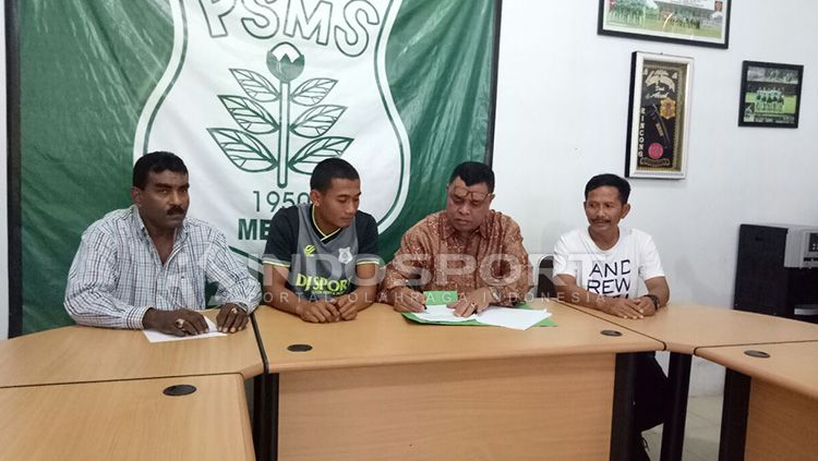 Ceo PSMS tandatangani kontrak pemain lokal yang disaksikan langsung Legimi Rahardjo. Copyright: © Kesuma Ramadhan/INDOSPORT