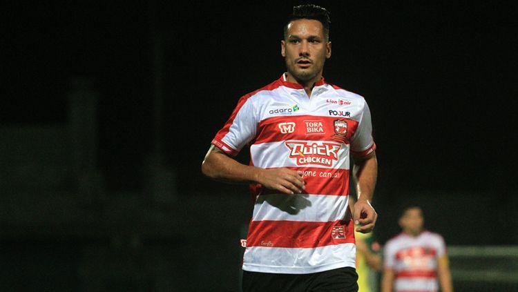Raphael Maitimo, saat debut bersama Madura United Copyright: © Ian Setiawan/INDOSPORT