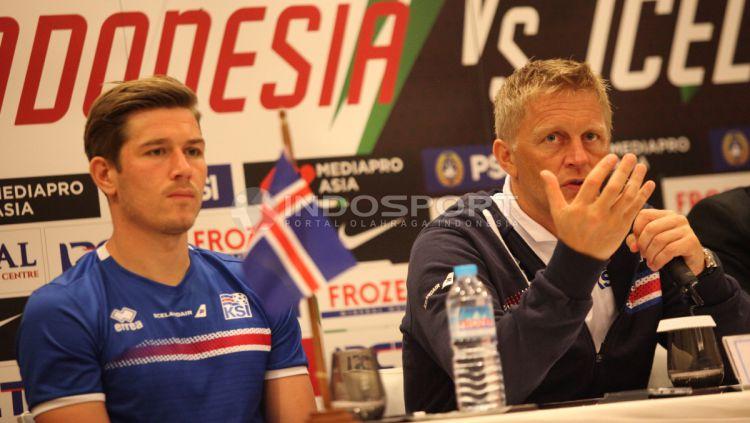 Pelatih Timnas Islandia Heimir Hallgrimsson dalam konferensi pers jelang laga melawan Timnas Indonesia. Copyright: © Indosport/Herry Ibrahim
