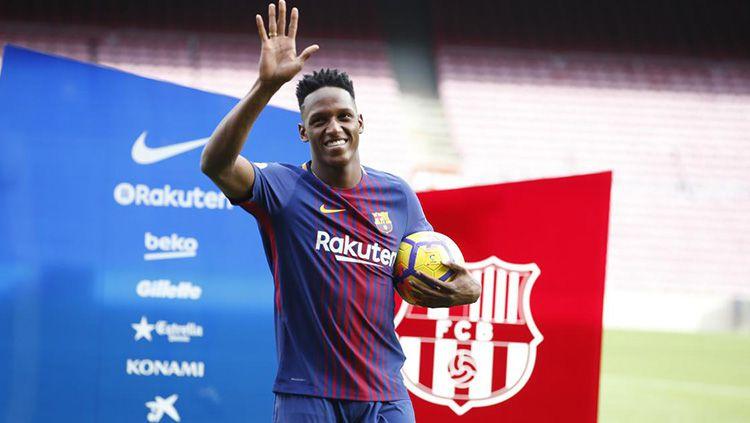 Yerry Mina saat diperkenalkan ke publik Camp Nou. Copyright: © FC Barcelona