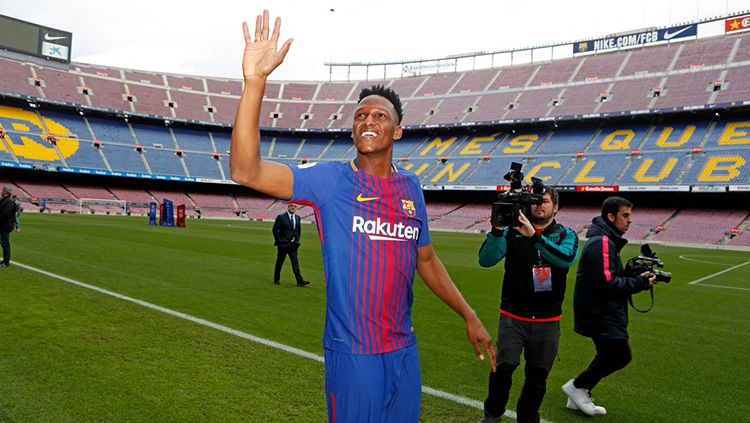 Yerry Mina saat diperkenalkan ke publik Camp Nou. Copyright: © Barcelona