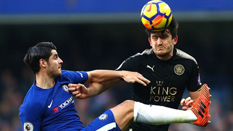 Alvaro Morata (kiri) berbut bola dengan pemain Leicester City. Copyright: © INDOSPORT