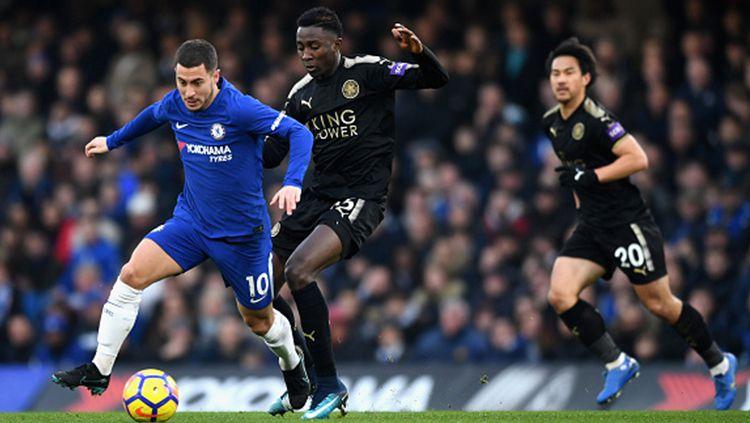 Eden Hazard (kiri) mencoba mempertahankan bola dari pemain Leicester City Copyright: © Getty Images