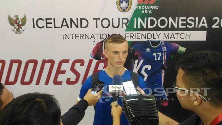 Albert Gudmundsson saat ditemu oleh wartawan usai laga Timnas Indonesia melawan Islandia. Copyright: © Zainal Hasan/INDOPSORT