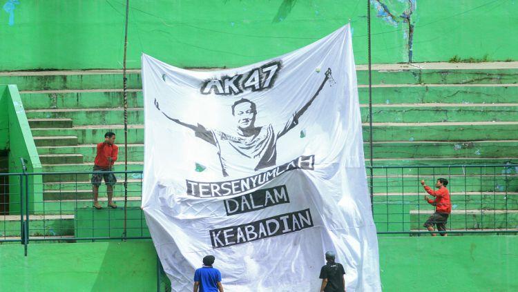 Spanduk bertuliskan Achmad Kurniawan bertengger di sisi utara Stadion Gajayana Copyright: © Ian Setiawan/INDOSPORT