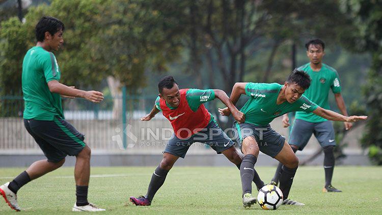 Perebutan bola antara Rachmat Irianto (kanan) dengan rekannya, Irfan Jaya saat latihan Timnas U-19 di Lapangan A Senayan. Copyright: © Herry Ibrahim/INDOSPORT