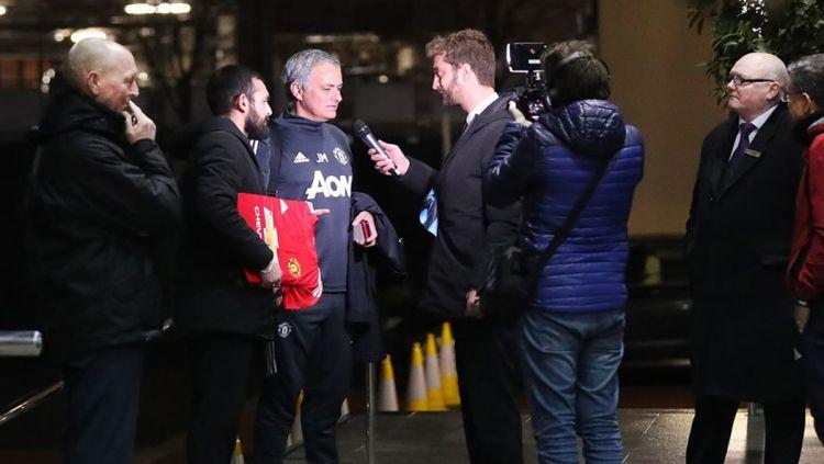 Jose Mourinho tidak mengetahui saat di wawancarai wartawan Italia yang akan ngerjain dirinya. Copyright: © The Sun
