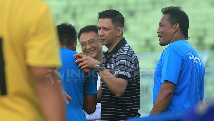 Bos Arema, Iwan Budianto saat menerima wejangan di akhir sesi latihan tim. Copyright: © Ian Setiawan/INDOSPORT
