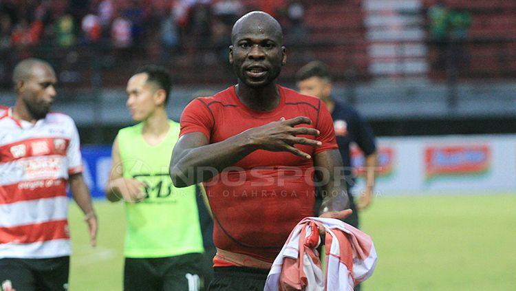 Bek Madura United asal Nigeria, OK John. Copyright: © Ian Setiawan/INDOSPORT