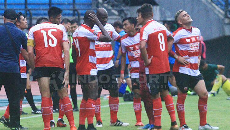 OK John saat diskusi dengan pemain Madura United dalam water break. Copyright: © Ian Setiawan/INDOSPORT