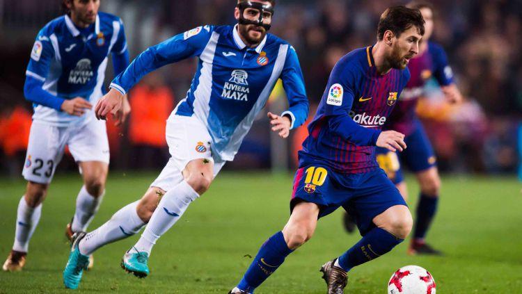Lionel Messi berusaha lepas dari penjagaan para pemain Espanyol. Copyright: © Getty Images