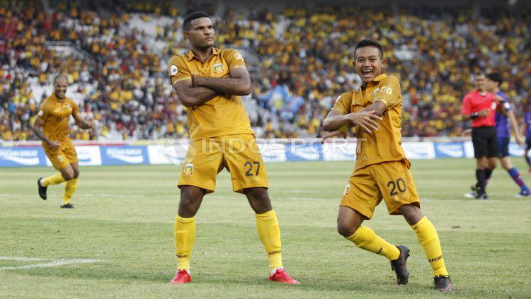 Gaya selebrasi Marinus Manawer (tengah) usai mencetak gol ke gawang FC Tokyo. Copyright: © Herry Ibrahim/Indosport.com
