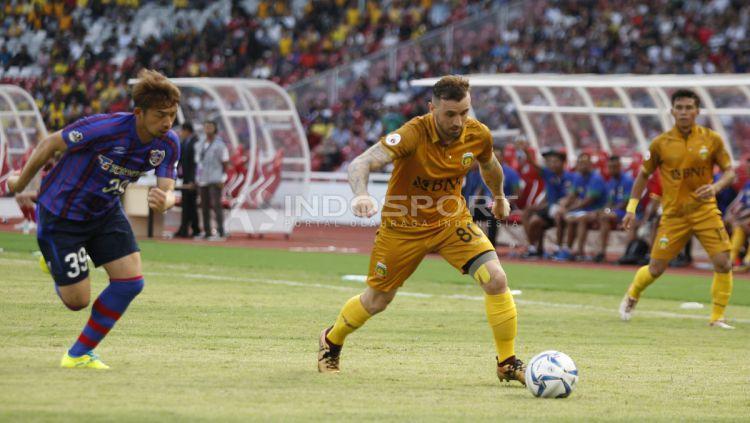 Pemain BFC, Paulo Sergio berusaha melewati pemain FC Tokyo. Copyright: © Herry Ibrahim/Indosport.com