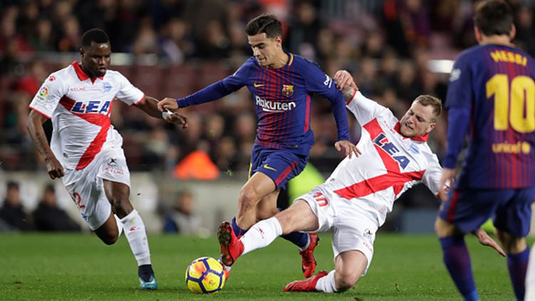 Philippe Coutinho dihadang oleh pemain Alaves. Copyright: © Getty Images