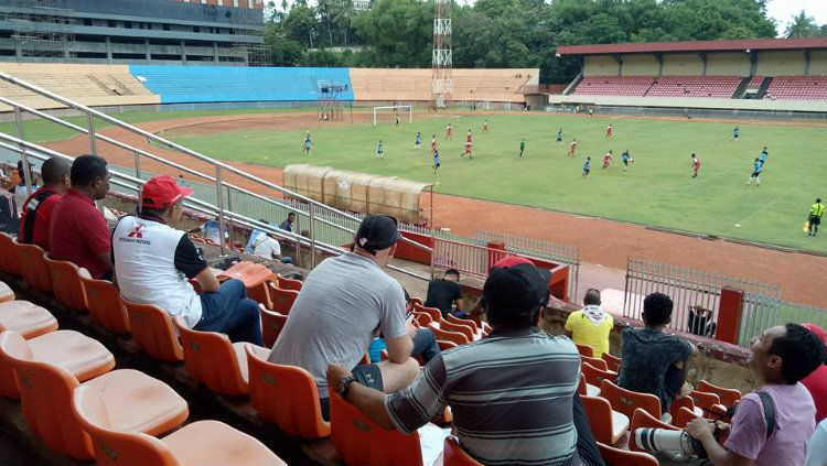 Peter Butler sedang menyaksikan latihan Persipura U-19 di Stadion Mandala. Copyright: © Info Persipura