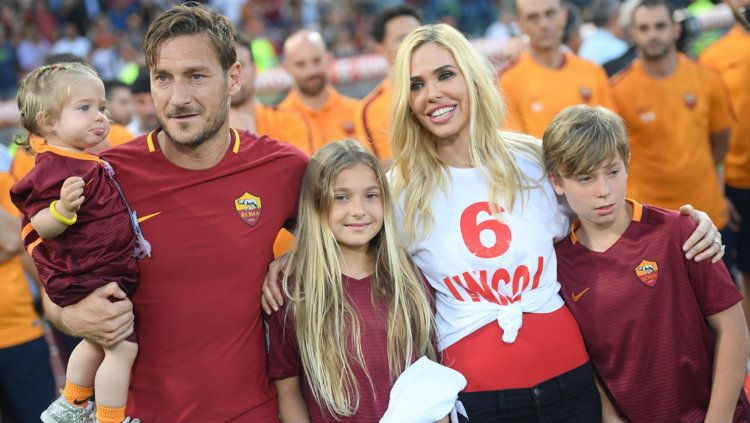 Francesco Totti bersama keluarga. Copyright: © Corriere dello Sport