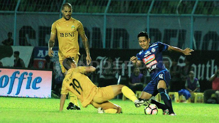 Hendro Siswanto dan Purwaka Yudhi saat adu kaki berebut bola dengan pemain Bhayangkara FC Copyright: © Ian Setiawan/INDOSPORT