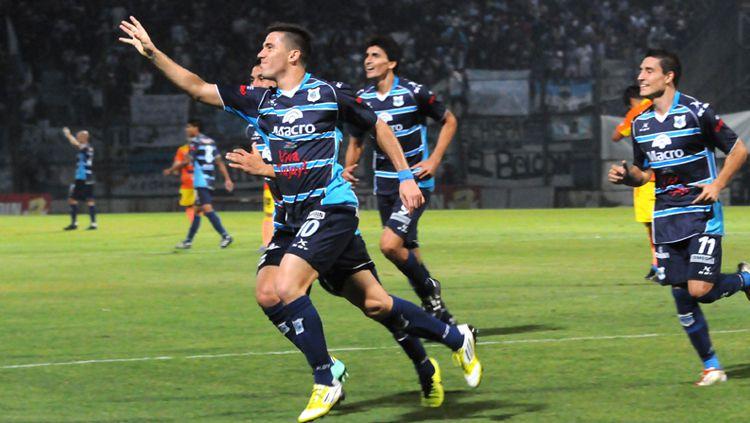 Jonathan Bauman saat merayakan gol bersama rekan satu timnya. Copyright: © Gimnasia y Esgrima de Jujuy