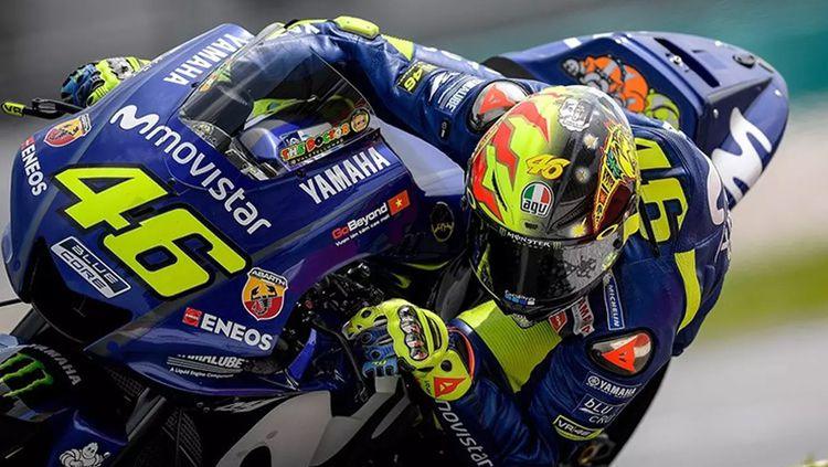 Valentino Rossi dalam lintasan balap mengenakan helm 20 tahun silam. Copyright: © INDOSPORT