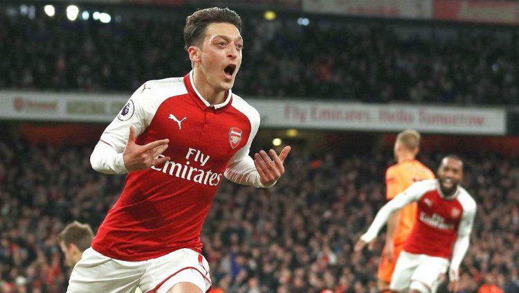 Gelandang Arsenal Mesut Ozil saat merayakan gol. Copyright: © Getty Images