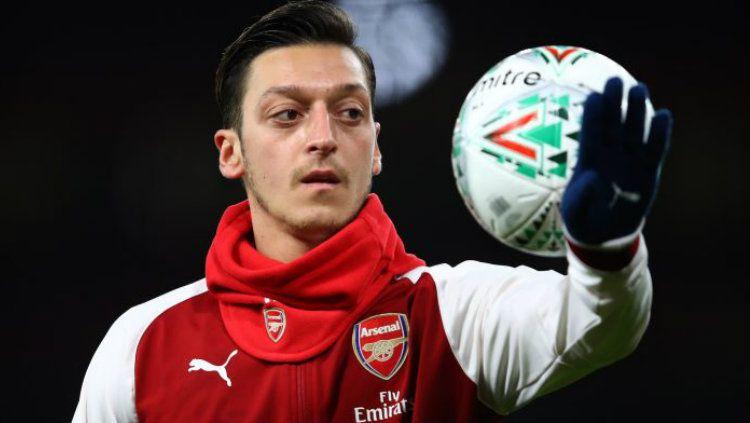 Mesut Ozil kabarnya siap hengkang dari Arsenal lantaran gagal meraih hati Unai Emery. Copyright: © Getty Images