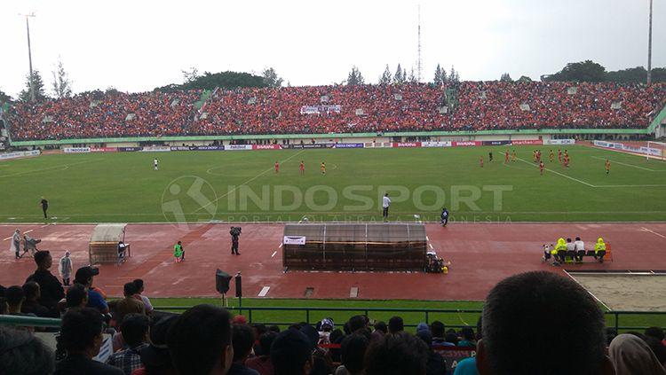 Potret suporter Persija Jakarta tampak memenuhi stadion Manahan Solo Copyright: © Arief Setiadi/INDOSPORT